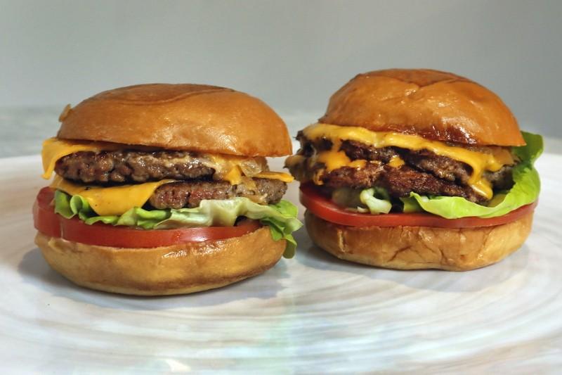 人造肉漢堡(左)與真肉漢堡(右)(圖/美聯社)