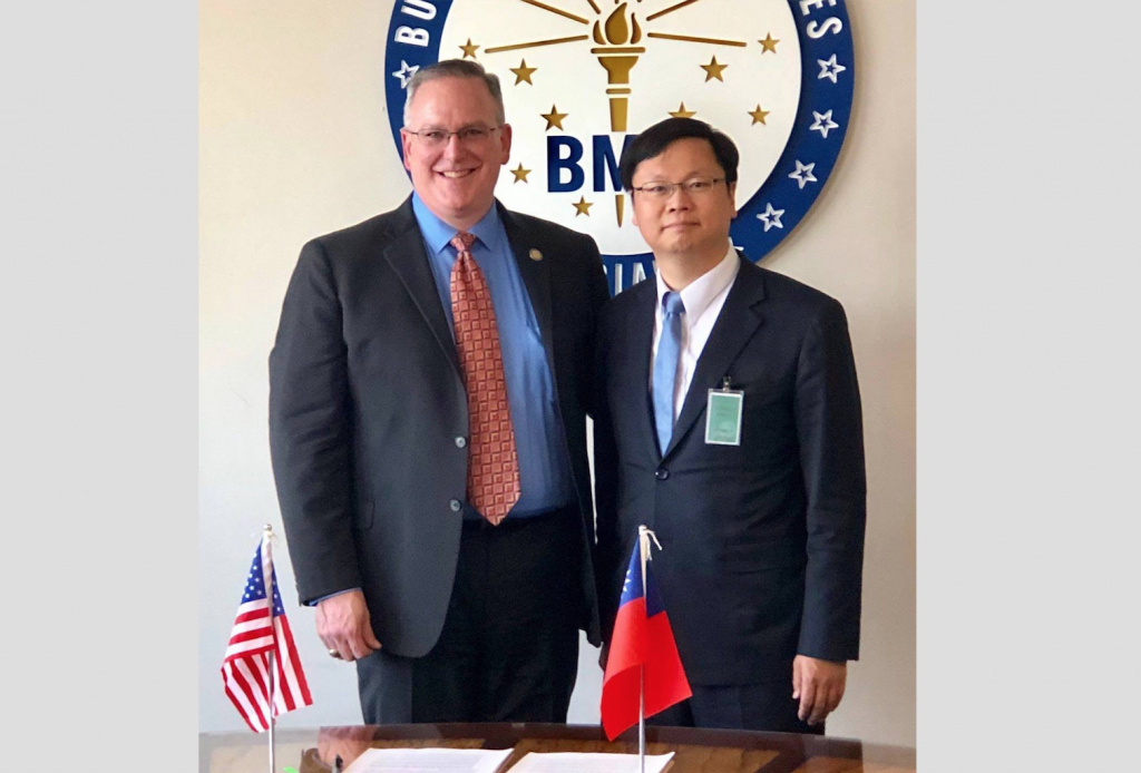 Peter Lacy, commissioner of the Indiana Bureau of Motor Vehicles, and Eric Huang (黃鈞耀), director-general of Taiwan's representative office in Chicago ...