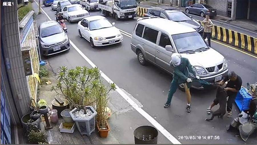 Postman being attacked by pit bull. (Photo from Facebook group 我是湖口人)