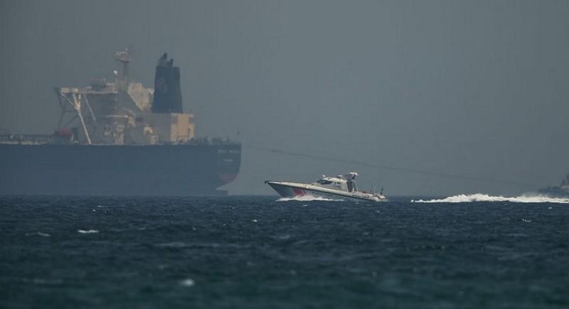 阿聯海岸巡防艇在外海駛過一艘油輪(AP)