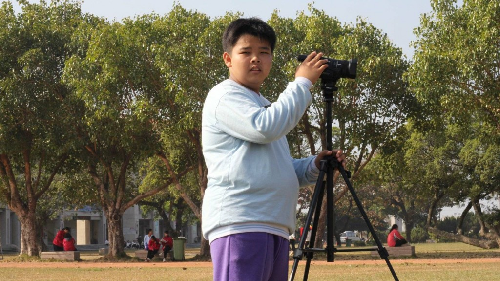 郭同學展現「小小魏德聖」氣勢開拍微電影當導演(圖/ 移民署提供)