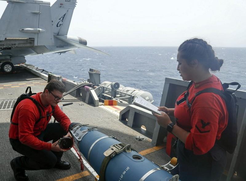 航母林肯號艦艇人員檢視飛彈設施(AP)