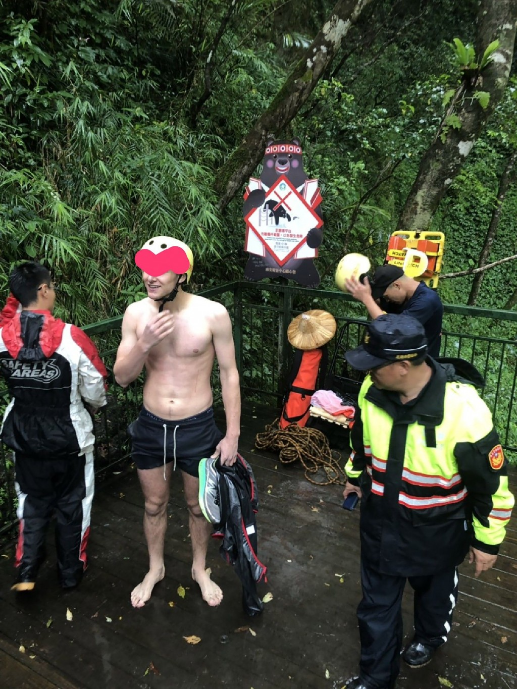A young Dutch hiker (second left) was rescued unharmed after falling down a ravine in Hualien County.