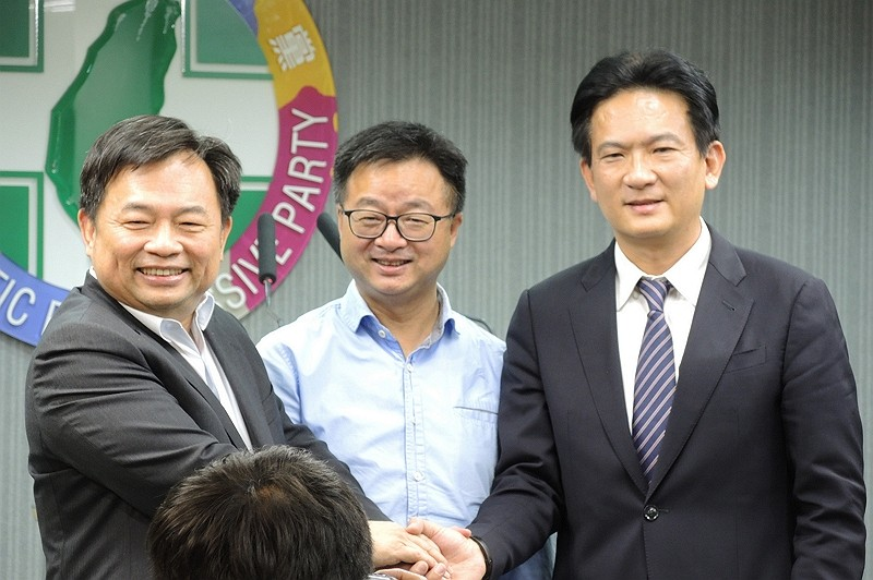 DPP Secretary-General Luo (center) with representatives from the Tsai and Lai camps (By CNA)