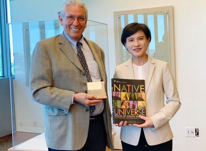 文化部部長鄭麗君(右)與美國印第安人博物館館長Kevin Gover(左)(圖/文化部)