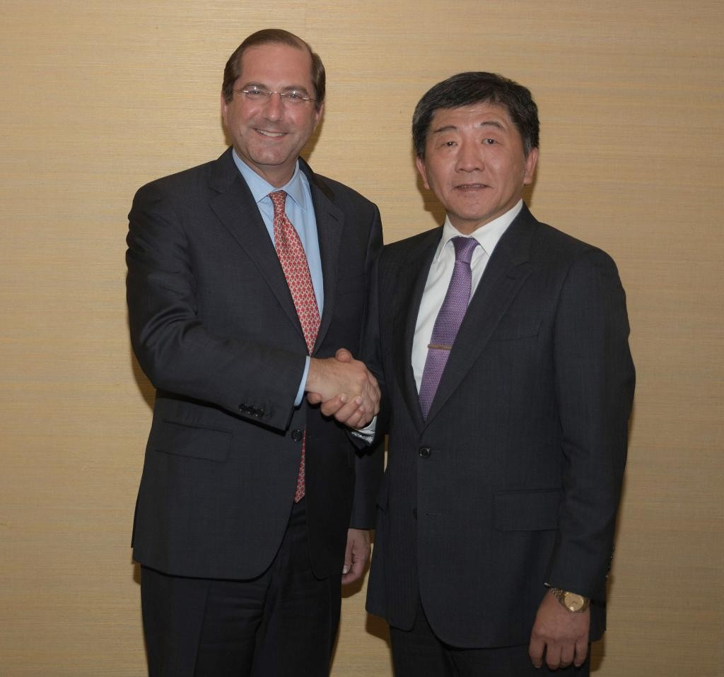 U.S. Health Secretary Alex Azar posts a photo of him with Taiwan's Health Minister Chen Shih-chung (陳時中) via Twitter on May 21 (Screen capture from Tw