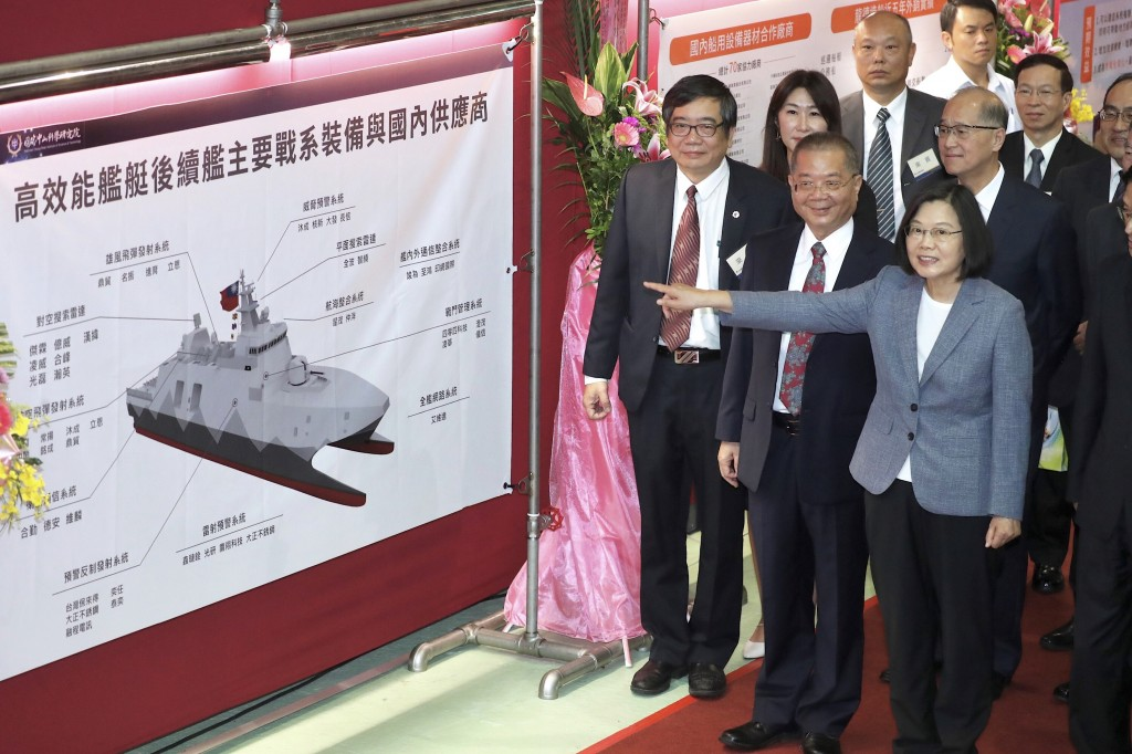 President Tsai Ing-wen (front right) visited the manufacturer of the Tuo Chiang-class corvette Friday, May 24.