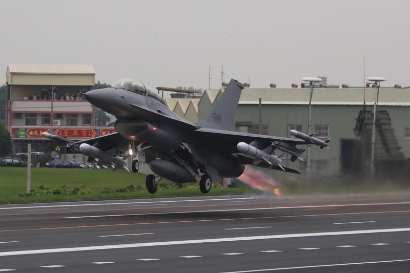 「漢光35號」演習彰化戰備道起降實兵操演,28日在彰化舉行,F-16V戰機在戰備道起飛
