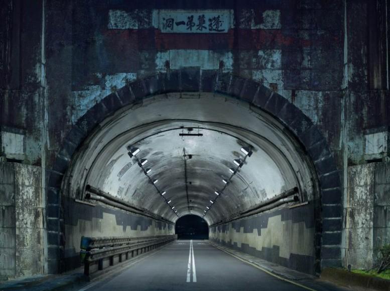 2019莫斯科國際攝影獎中,台灣攝影師楊宗翰以作品「夜間隧道」勇奪建築類第一名(圖/官網)