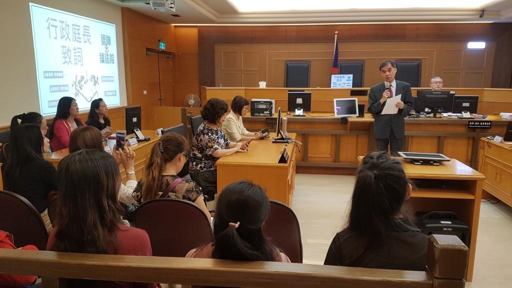 臺灣高等法院行政庭長林瑞斌(站立者)歡迎新住民來體驗人性化法庭。(圖/ 移民署台北市服務站)