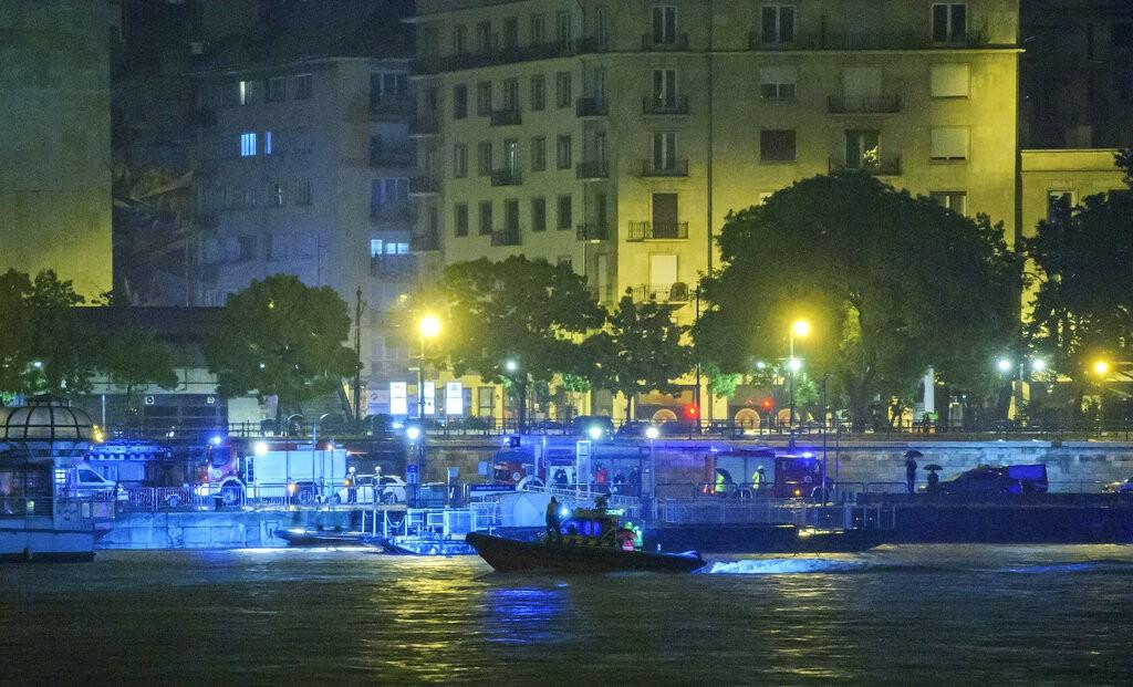 警消人員在布達佩斯多瑙河上進行搜救(照片來源:美聯社提供)