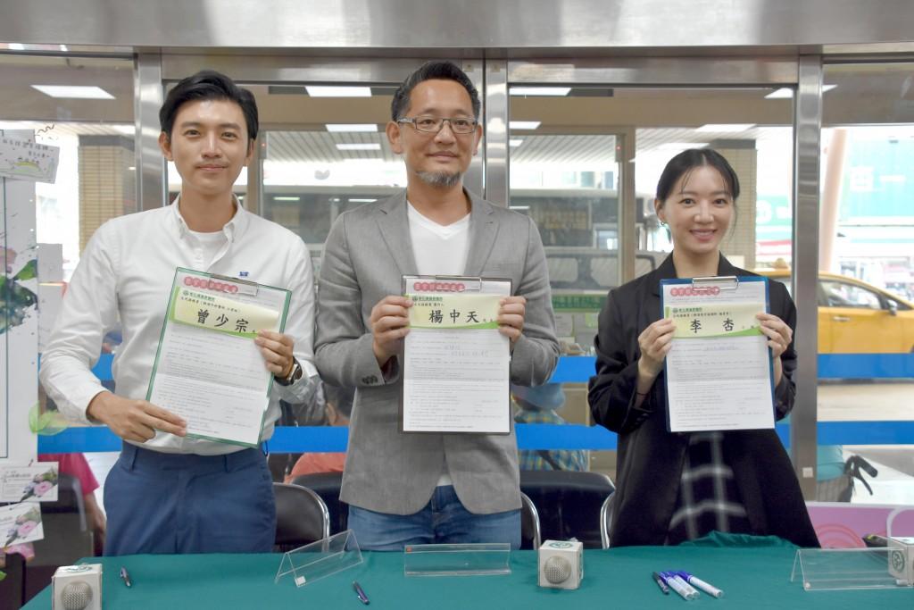 《生死接線員》製作人楊中天(中)、飾演外科醫師的演員曾少宗(左)及飾演器官捐贈協調師李杏(右),簽署器官捐贈書。(圖/彰基)