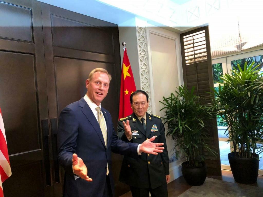 美國代理國防部長夏納翰昨(1)日與中國國防部長魏鳳和今(2)在出席新加坡「香格里拉對話」期間會晤(照片來源:美聯社提供)