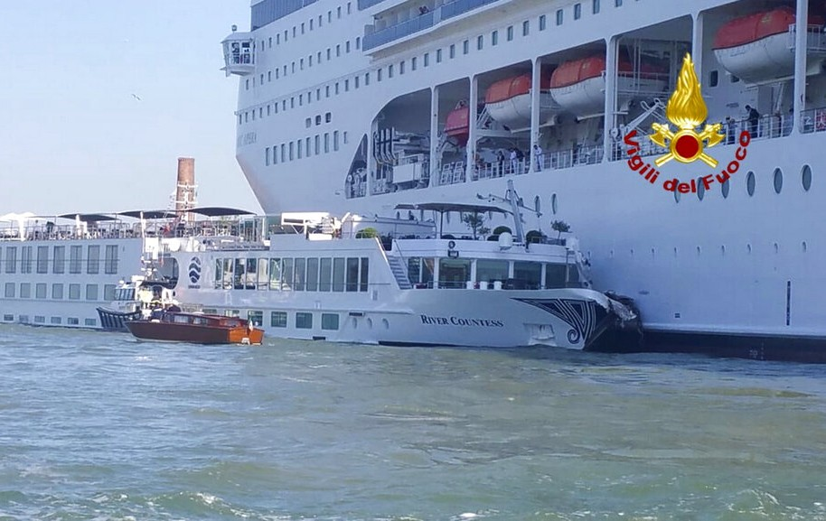 威尼斯驚傳郵輪撞觀光船意外(AP)