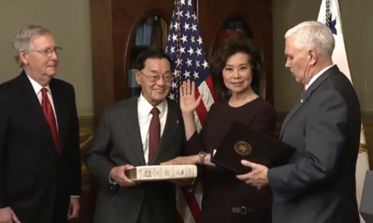 美國交通部長趙小蘭(右2)與先生參議院多數黨領袖米奇·麥康乃爾(右3)(圖/趙小蘭臉書)