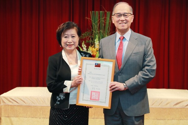 Yang-Huang Maysing with Secretary-General of the National Security Council, David Lee (Taiwan Democracy Foundation photo)