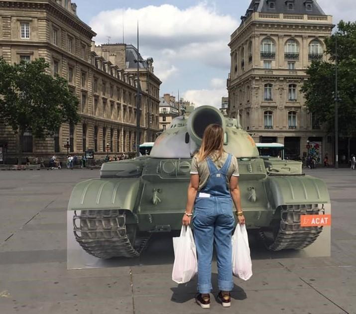 法國反酷刑基督徒行動組織4日在共和國廣場(Place de la République)設置木板搭成的坦克,仿效天安門事件。(圖/face...