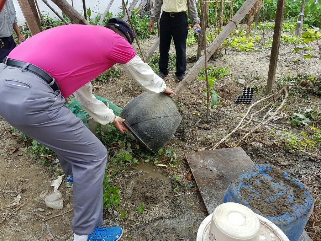 清除孳生源-菜園儲水容器。(圖/環保署)