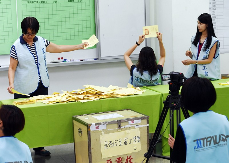 桃園市空服員職業工會罷工投票,7日在中華電信工會進行開票作...