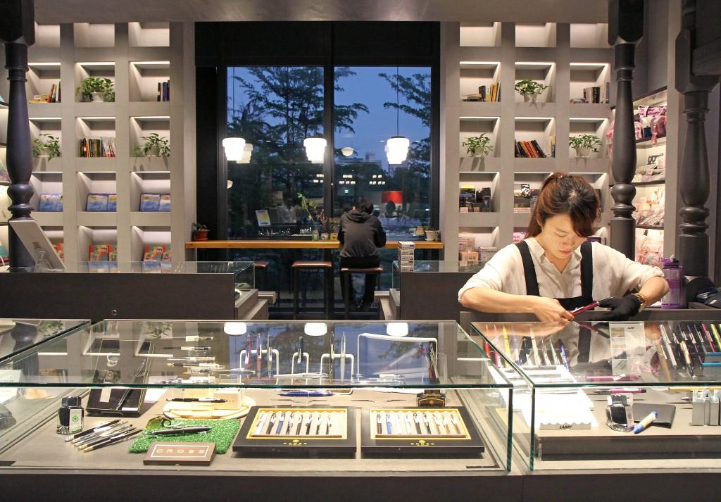 小書房設有「大人文具房」,有系統的陳列展示出文具禮品。