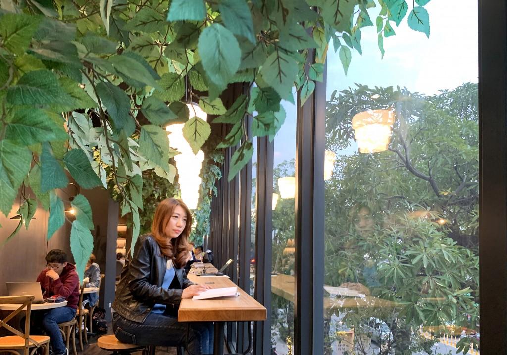 小書房充滿綠意的窗邊閱讀座位。
