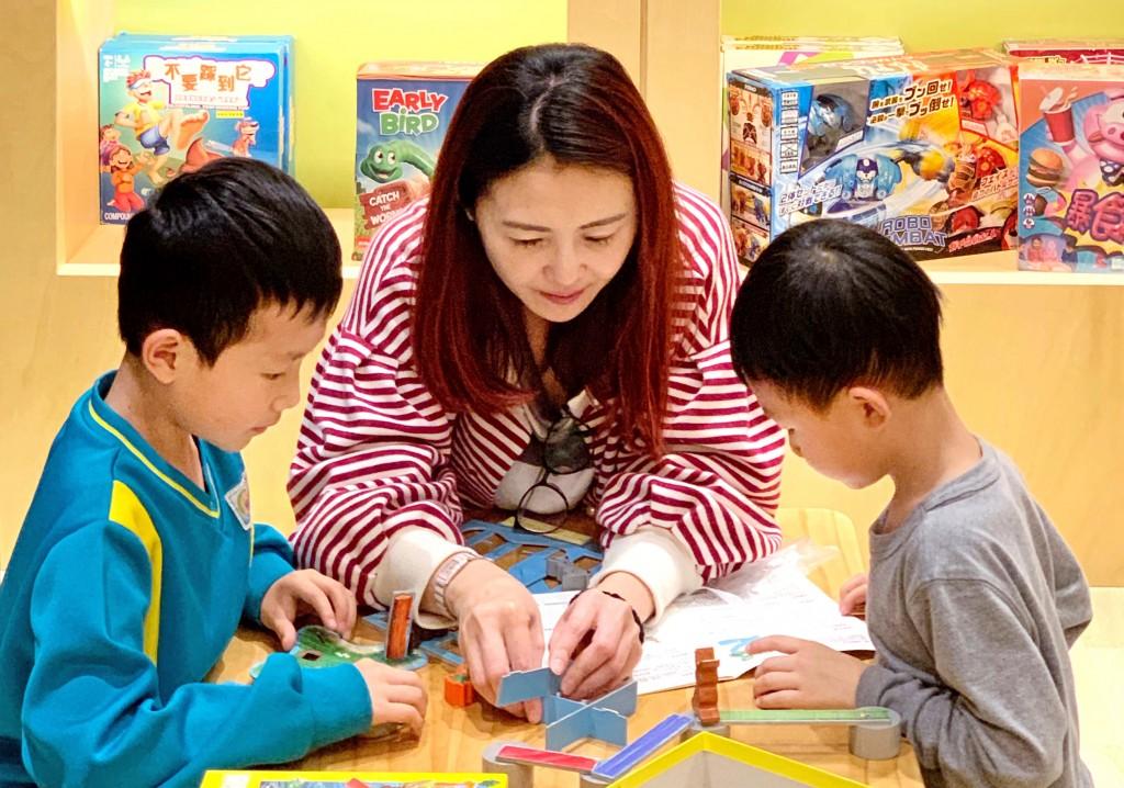 親子一起在小書房兒童館玩桌遊。
