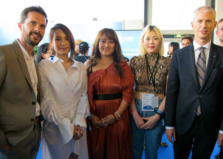 The minister of Ministry of Culture in France, Franck Riester (right 1) and Taiwanese singers, Amuyi (left 1),  Blubluone (left 2) Sonia Calico (left