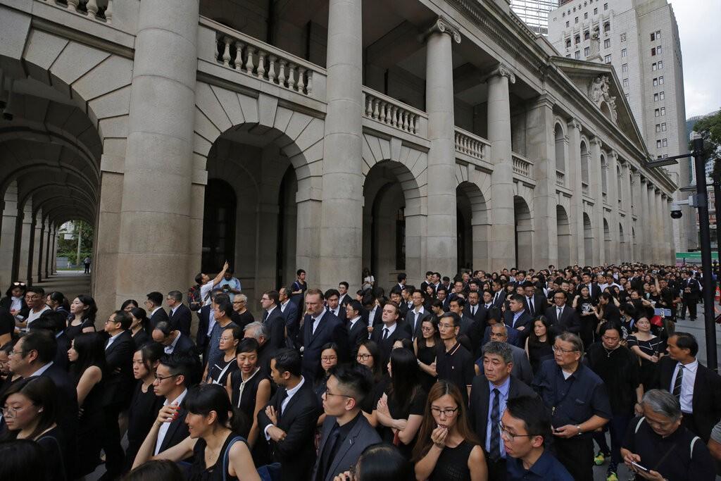 香港法律界6日(週四)傍晚發起靜默遊行,抗議香港政府修訂「逃犯條例」。(美聯社資料照)
