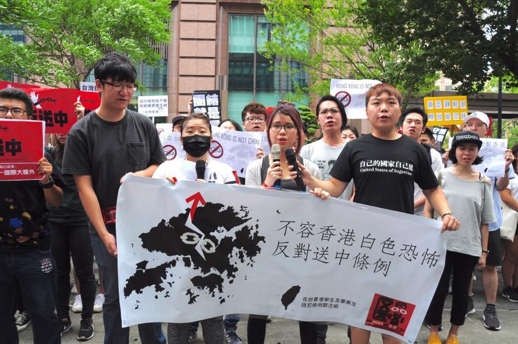 逾百香港僑生9日至台北香港經濟貿易文化辦事處示威 ,呼籲香港政府撤回逃犯條例修訂,並遞交連署書。
