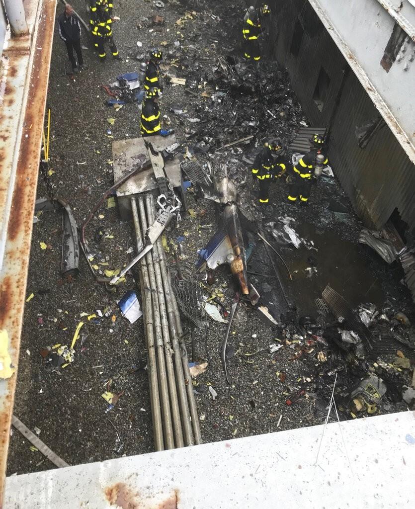 一架直升機於紐約時間10日下午近兩時左右,在曼哈頓中城一棟51層樓高的大廈頂樓墜毀。(圖/美聯社)