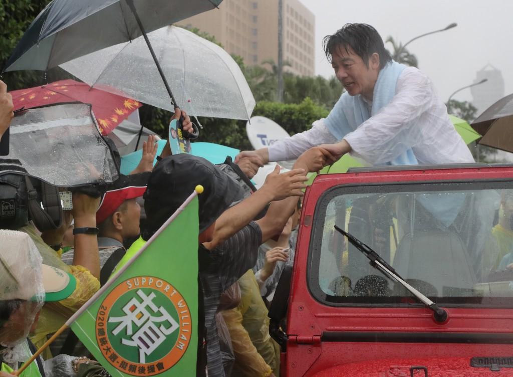 前行政院長賴清德發起「壯大台灣」車隊遊行,11日在台北向市民拜票