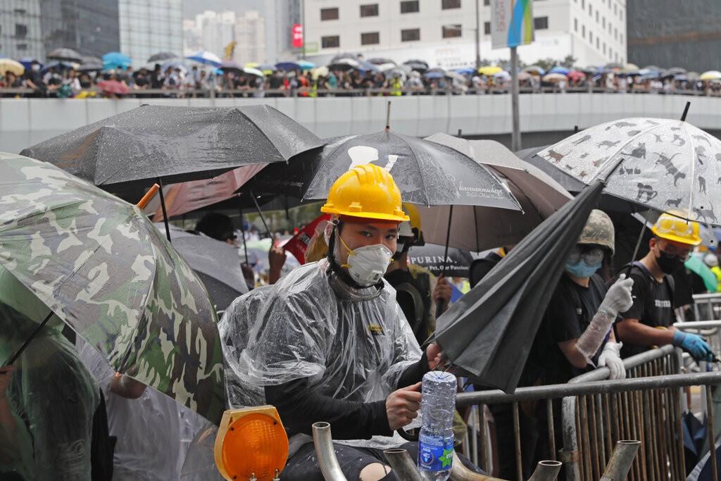 香港民眾全副武裝在12日持續上街「反送中」(照片來源:美聯社提供)