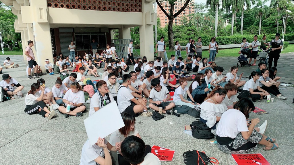 許多身在高雄的香港學子12日一早也到高雄文化中心廣場靜坐,以實際行動聲援反送中,午後也有不少在台港人加入