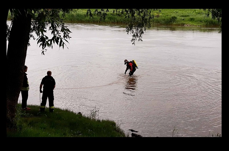 Minden police look for the boy's body (CNA photo)