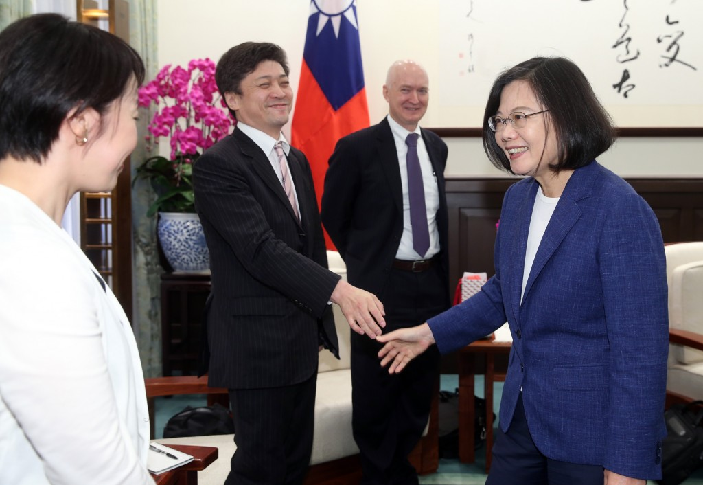 President Tsai (right) meeting foreign academics at the Presidential Office earlier Thursday, June 13