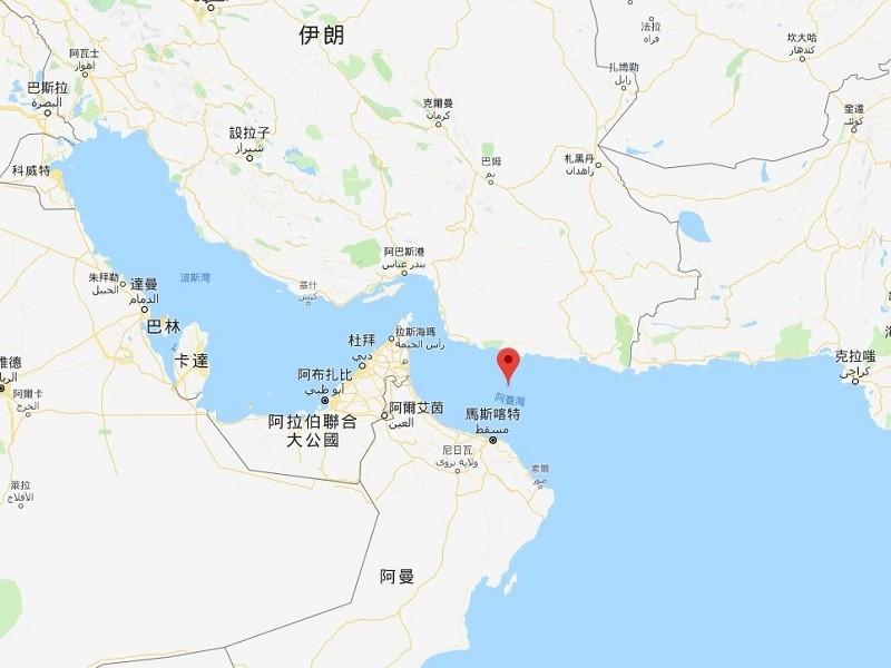 中油一艘自中東載運燃油的油輪13日在伊朗外海的阿曼灣(紅色標記處)遭遇攻擊,船員都已獲救。(圖取自Google地圖google.com/m...
