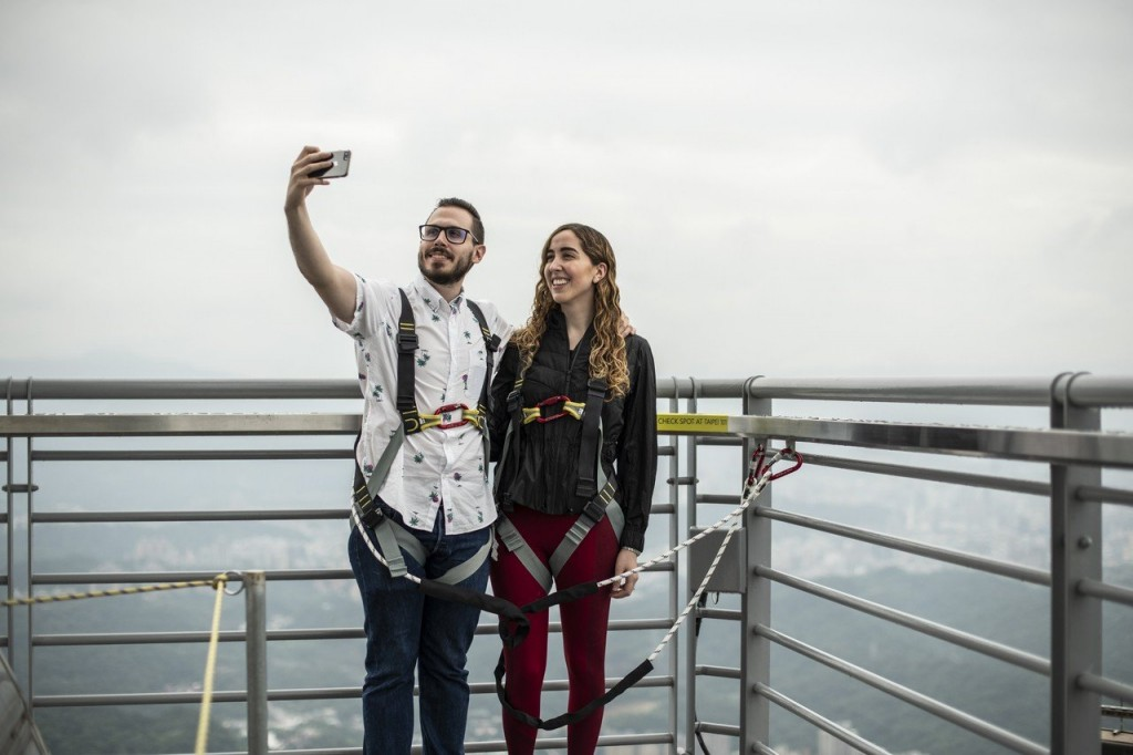 Tourists on top deck. (Photo from Taipei 101)