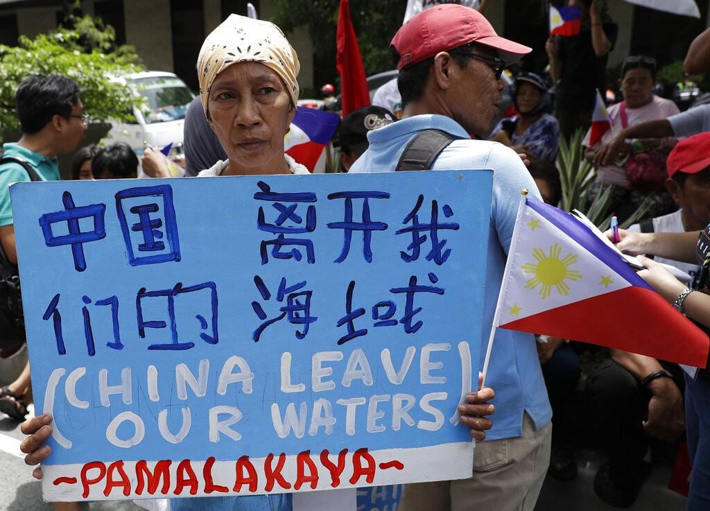 12日在中國使館前抗議的菲律賓民眾(圖/ AP)