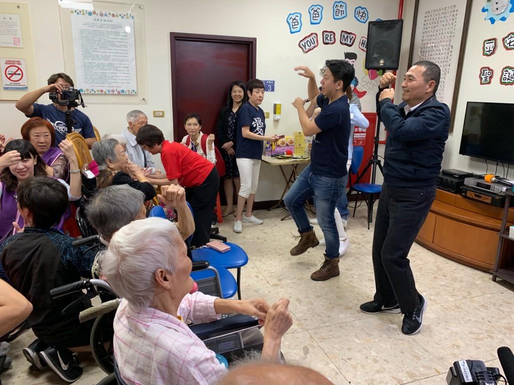 嗨翻!侯市長化身動感舞者唱跳海草舞 用愛傳承熱情給每位長者  (新北市文化局提供)