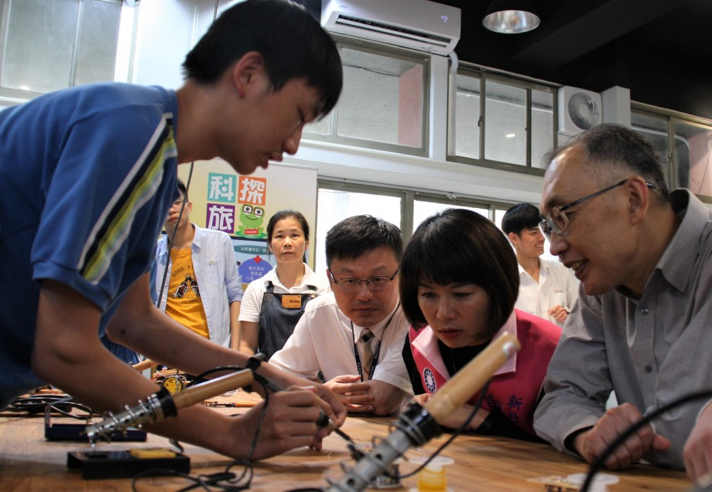 青山D.School揭牌-謝副市長與學生共同實作 (新北市政府教育局提供)