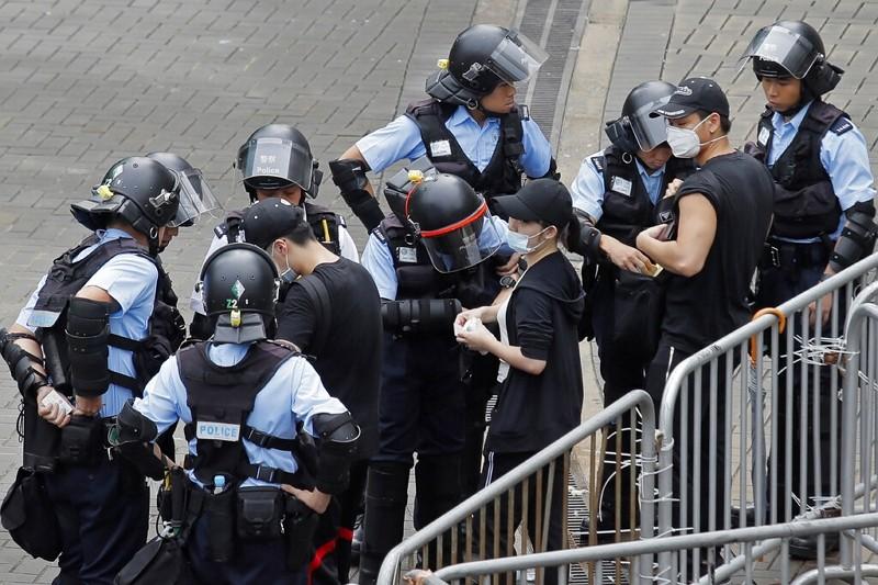 港警檢查抗議民眾的背包 (圖/美聯社)