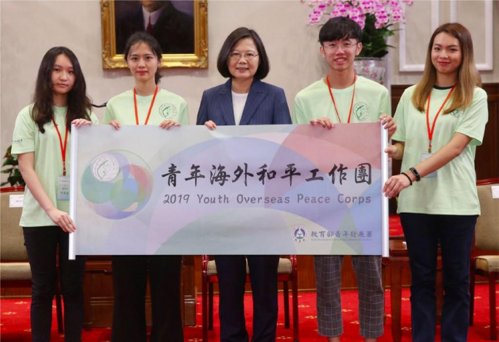 總統蔡英文在總統府接見108年青年海外和平工作團,授旗給工作團志工代表(圖/中央社)