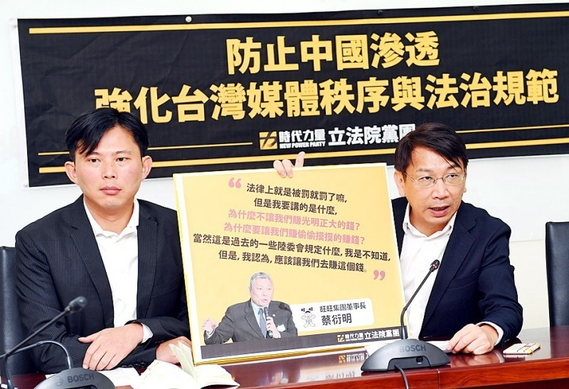NPP legislator Huang Kuo-chang (left) with his colleague Hsu Yung-ming