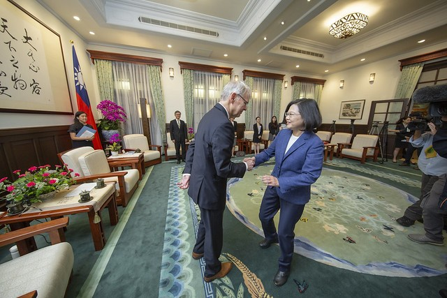 President Tsai Ing-wen (right) welcomes Richard C. Bush and a delegation of scholars from the U.S. and Japan at the Presidential Office June 13 in Tai