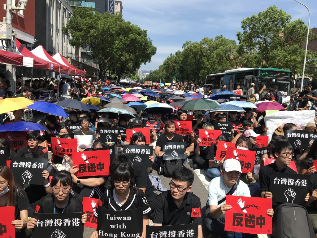 People rally outside the Legislative Yuan in Taipei on June 16 to express their support for the demonstration taken place in Hong Kong (Photo: Teng Pe