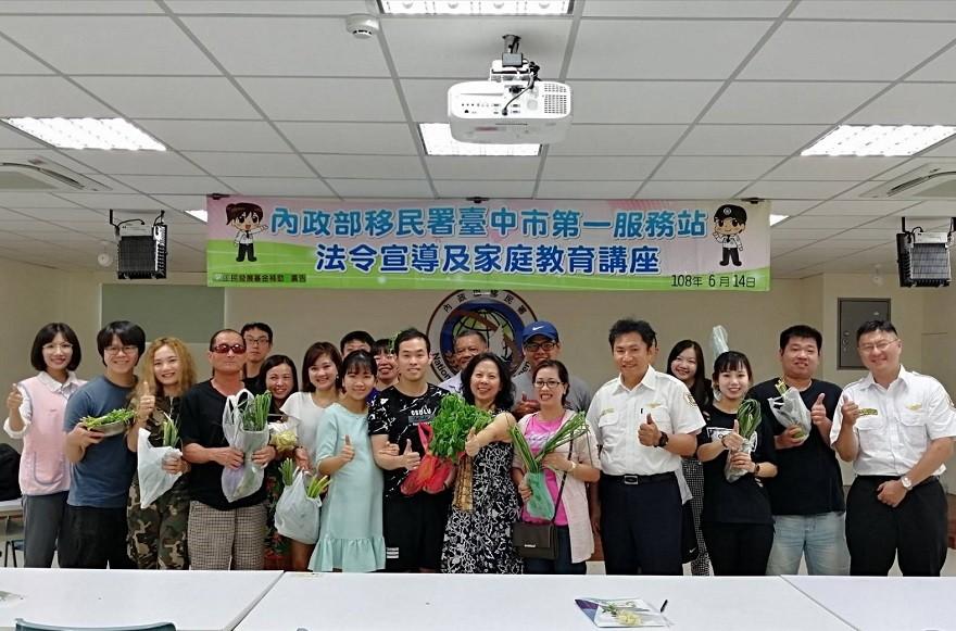 6月14日臺中市第一服務站舉辦新住民夫妻家庭教育課程,帶領台灣配偶一起認識常見的食用香草,進而勇敢品嘗酸辣的東南亞美食。(圖/ 移民署臺中