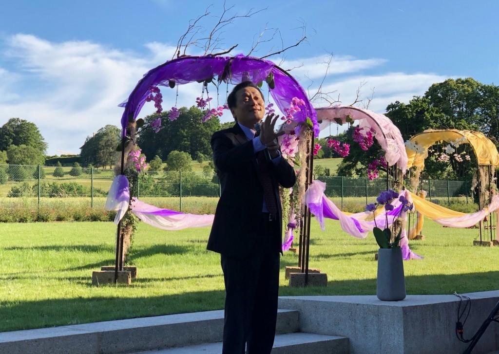 駐WTO代表朱敬一13日在蘭花展開幕式上表示,蝴蝶蘭的色彩和花型千變萬化,一如台灣的多元和民主。