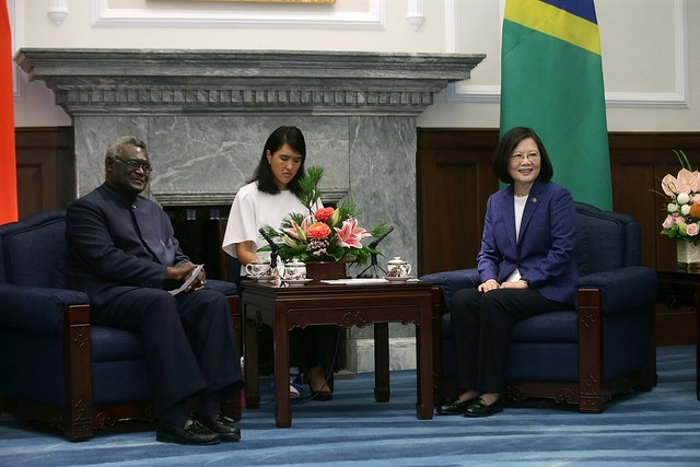 Prime Minister of the Solomon Islands Manasseh Sogavare (left) visits Taiwan in 2017 and meets with President Tsai Ing-wen (Presidential Office photo)