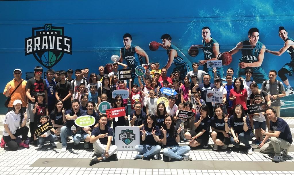 為慶祝富邦勇士隊勇奪SBL冠軍,台北富邦銀行特別在上周六(...