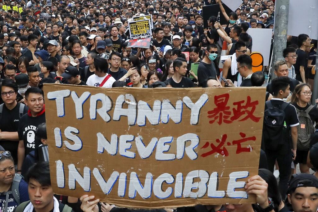 香港反送中遊行民眾舉牌抗議。(圖/美聯社)